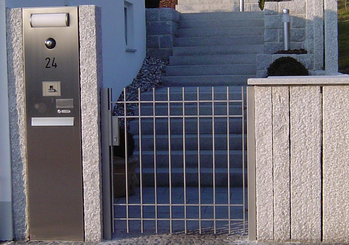 VA-Gartentüre mit Briefkastenanlage